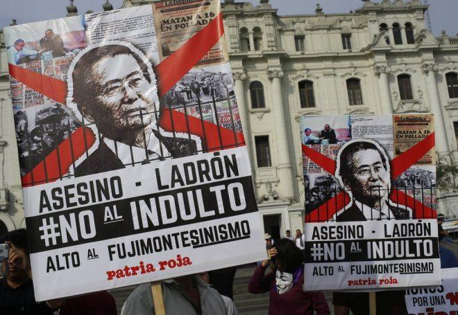 Manifestantes protestan el indulto del expresidente Alberto Fujimori en Lima, Perú, el lunes 25 de diciembre de 2017. (AP Foto/Martin Mejia)