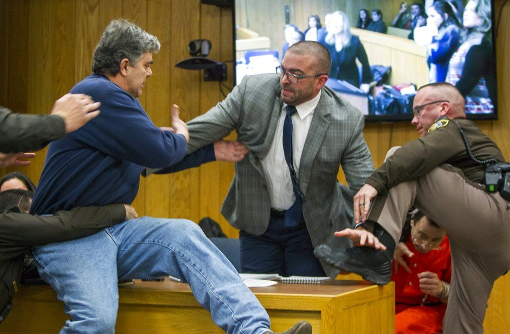 padre de víctimas intenta golpear a larry nassar