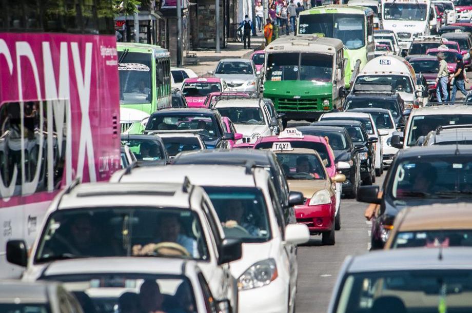 Los capitalinos pasan 2.4 días al año atorados en el tráfico