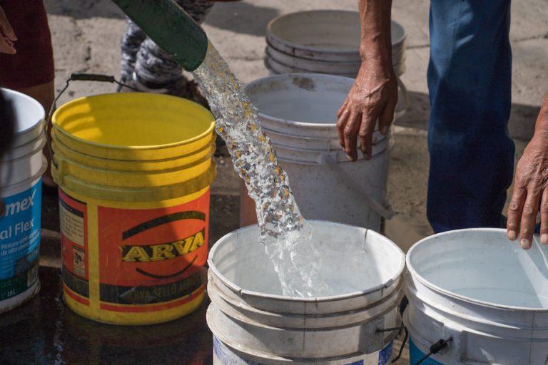 El gobierno capitalino condonará el pago de agua en 72 colonias de Iztapalapa por el bajo suministro padecido en esas comunidades