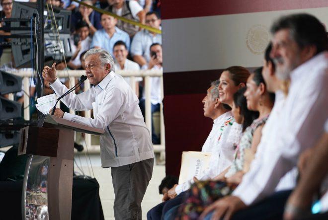 Estudiante hace señal obscena en acto de AMLO en Yucatán
