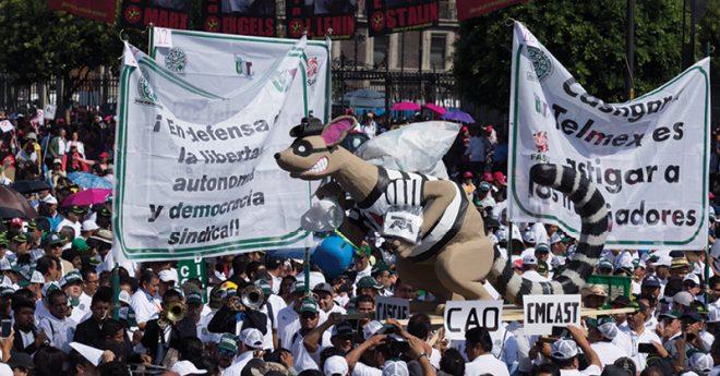 Obreros de diversos sindicatos marchan para exigir que se les reconozcan sus derechos sindicales.