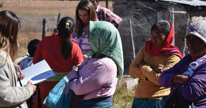 Antes de entregarles el equipo se les pregunta a los rarámuris las condiciones y características de sus familias