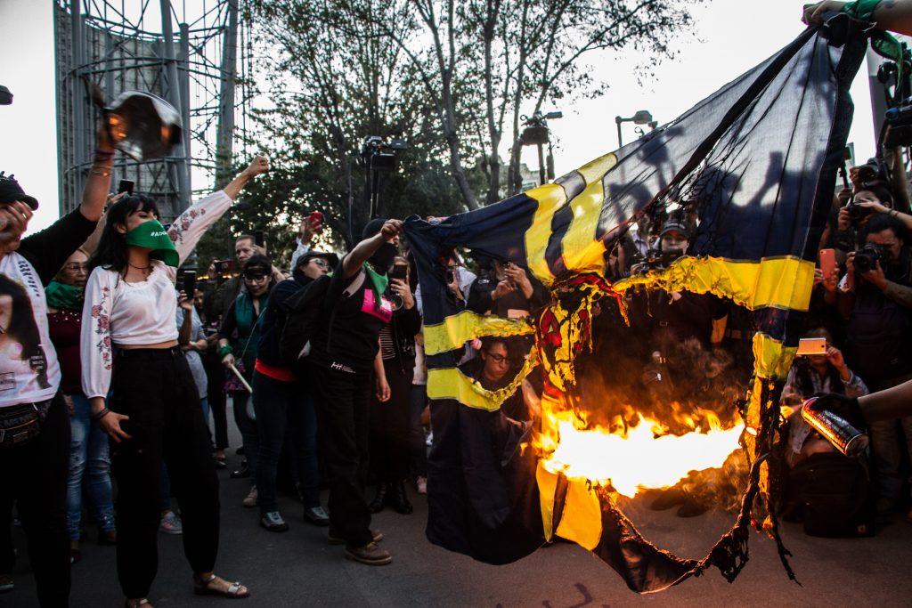 Marchan feministas contra Club America; queman bandera