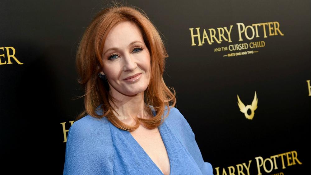 Por tuit, acusan de transfobia a la escritora J. K. Rowling