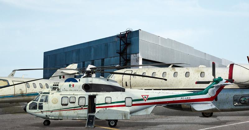 Helicópteros resguardados y sin uso en hangares de Guadalajara