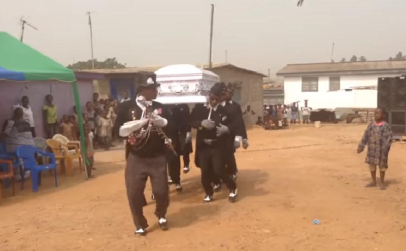 Esta es la historia detrás de los videos de ghaneses bailando con ataúdes