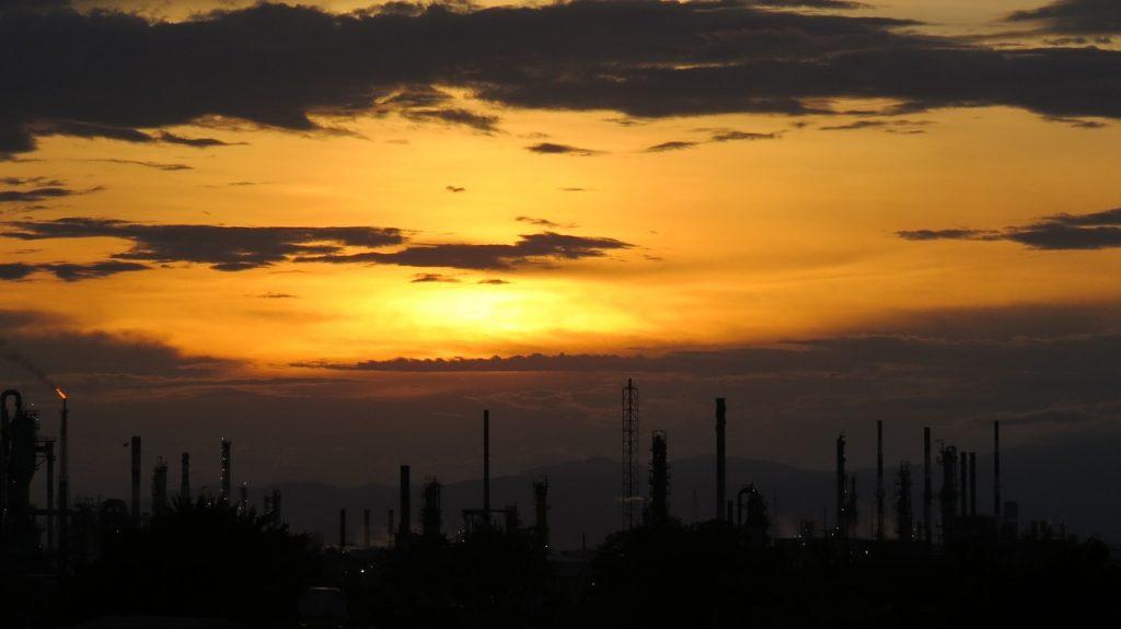 Se registra caída histórica en precio del petróleo; barril se compra en menos de un dólar
