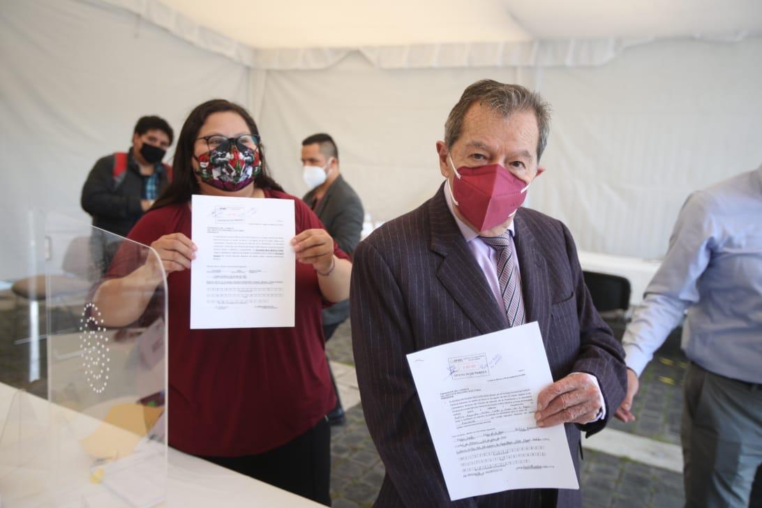 Muñoz Ledo se registra ante el INE como candidato a la presidencia de Morena