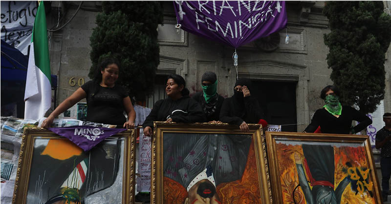 En apoyo a la toma del edificio de la CNDH en la Ciudad de México, colectivos feministas replicaron la acción