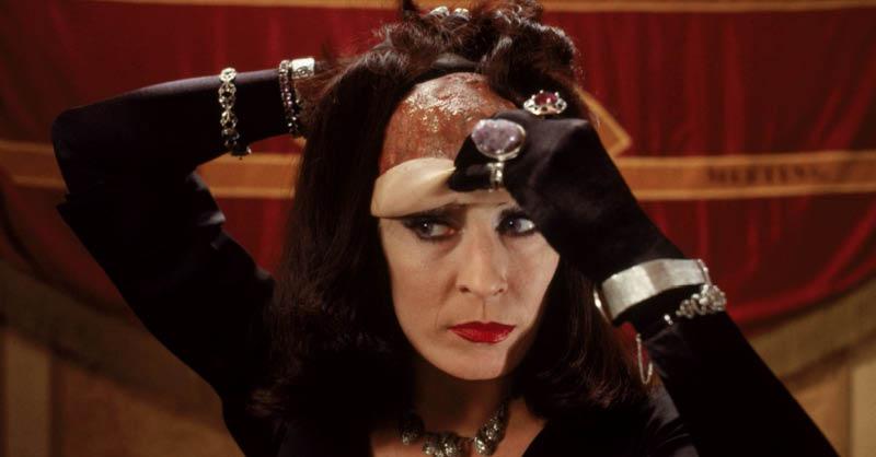 Anjelica Houston fue aclamada por la crítica por su papel de la Gran Bruja en Las brujas (1990).