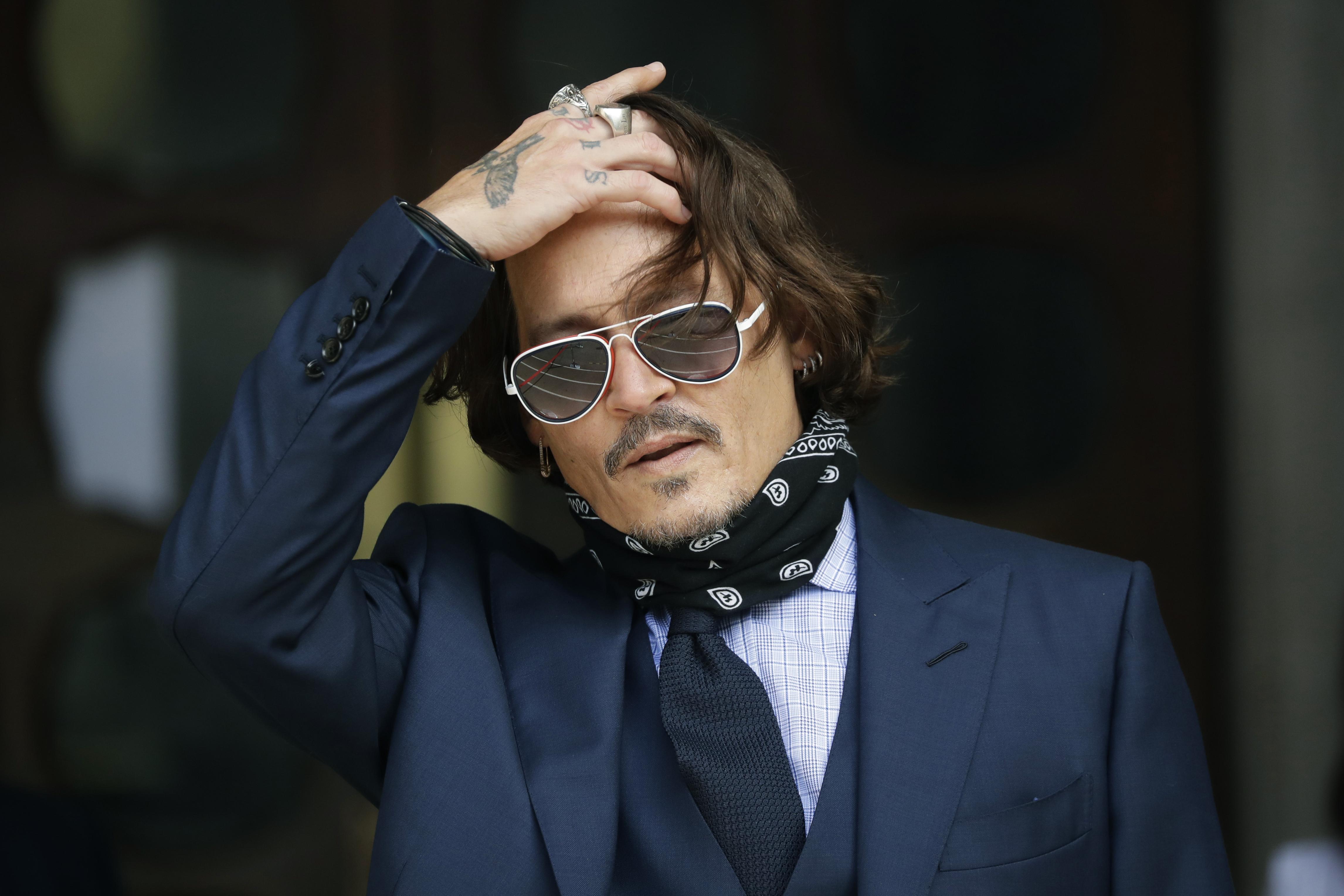 """Johnny Depp pierde demanda de difamación contra tabloide que lo llamó """"marido golpeador"""""""
