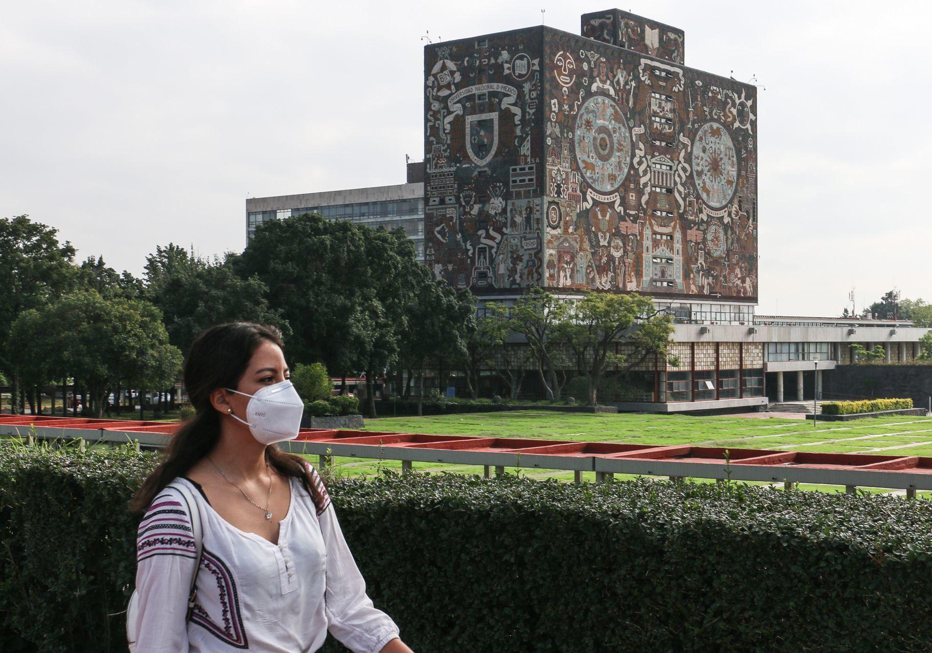 Estudiantes de la UNAM reanudarán clases a través del sistema a distancia