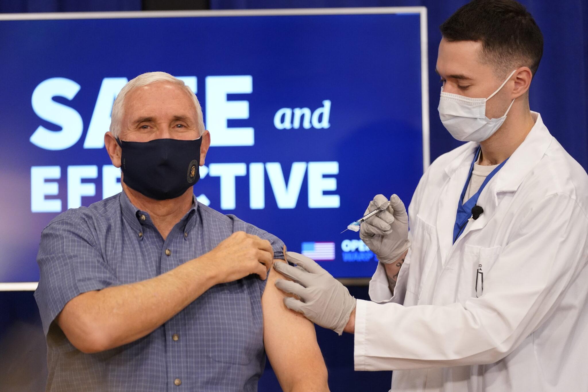 Mike Pence, su esposa y el director de salud reciben vacuna antiCOVID en EU