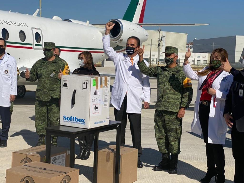 Comienza en Nuevo León vacunación contra COVID-19 de personal médico