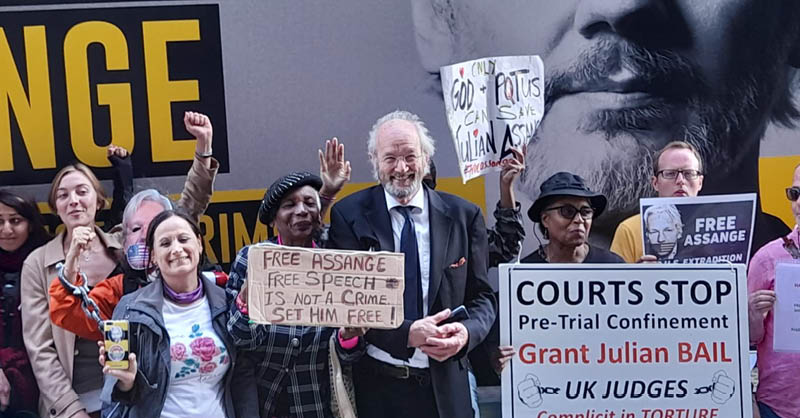 Grupos de activistas por la defensa de Assange se congregaron a las afueras de la Corte británica.