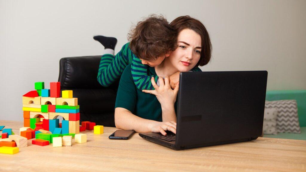 Trabajo a distancia con hijos; entre el homeoffice, travesuras y la escuela en casa