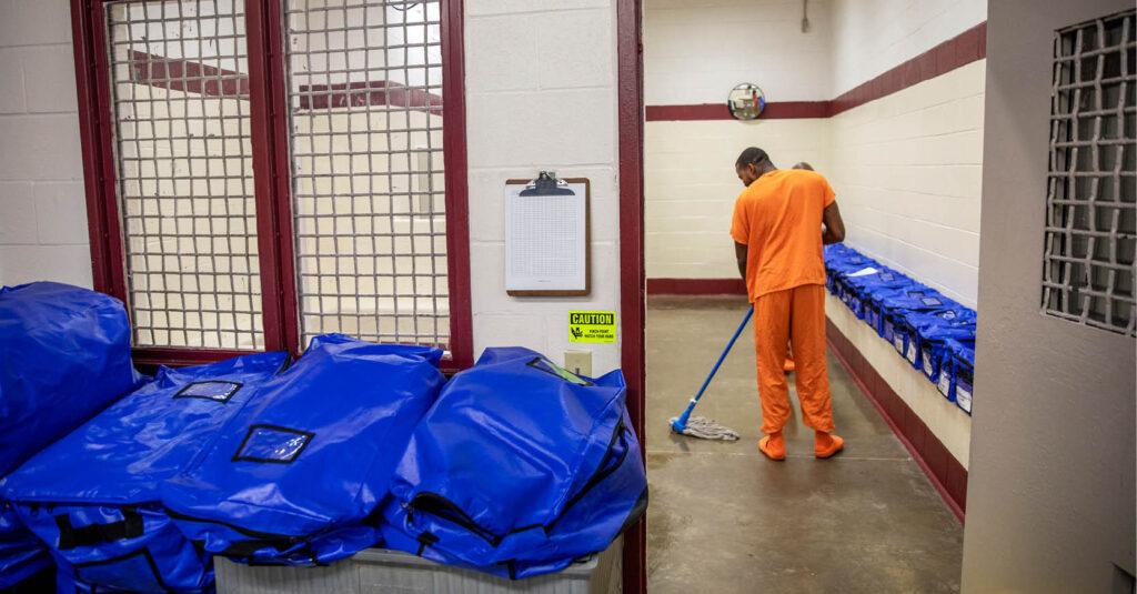 Un migrante mexicano de 57 años que estaba en un centro de detención federal murió por complicaciones relacionadas con el COVID-19