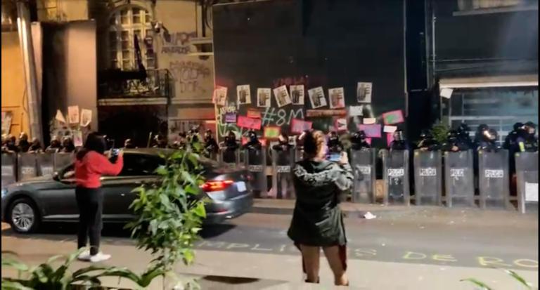Derriban protecciones de casa de Andrés Roemer; policía acude a resguardarla (VIDEO)
