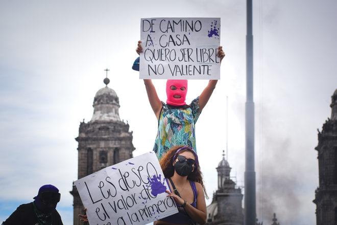 Las mujeres asistentes a la marcha portaban cubrebocas y caretas para protegerse del COVID-19.