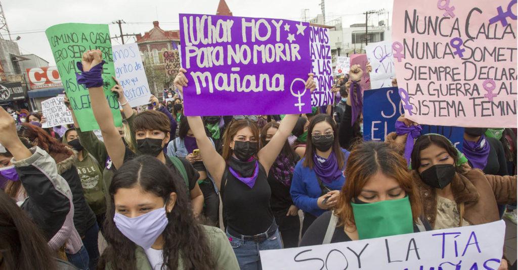 Mujeres se manifestaron en Nuevo León contra la violencia de género.