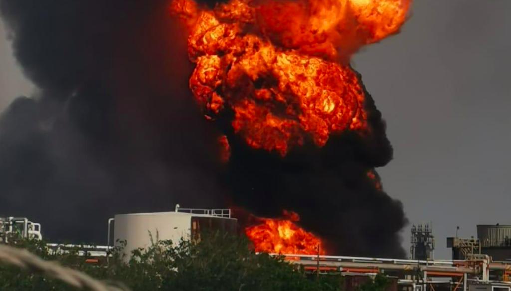 """Reportan explosión en refinería de Minatitlán; """"no hay heridos de gravedad"""": Pemex"""