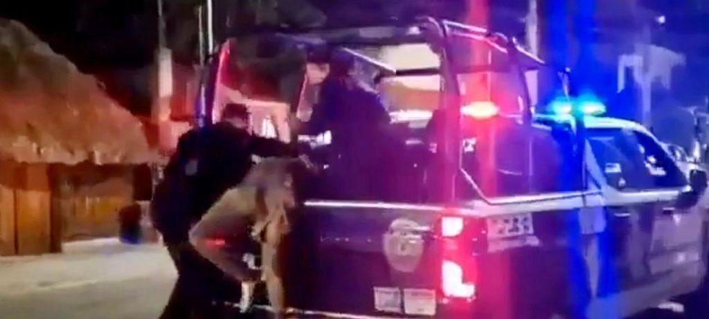 Más brutalidad policiaca en Tulum: uniformados someten a golpes a un civil (VIDEO)