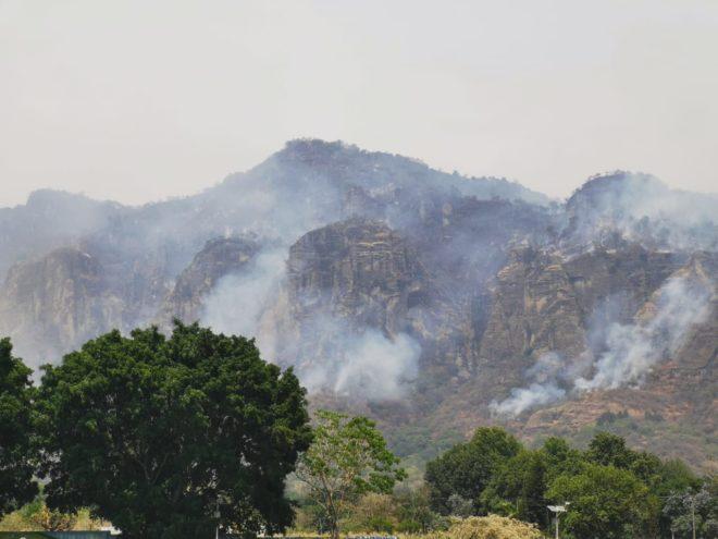 Incendio en Tepoztlán ya consumió 180 hectáreas y se extiende a San Juan Tlacotenco