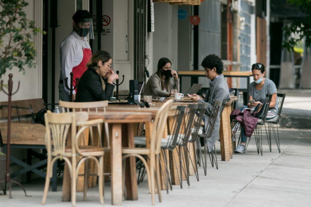 Por lluvias y COVID, CDMX permite a restaurantes colocar infraestructura fija en vía pública