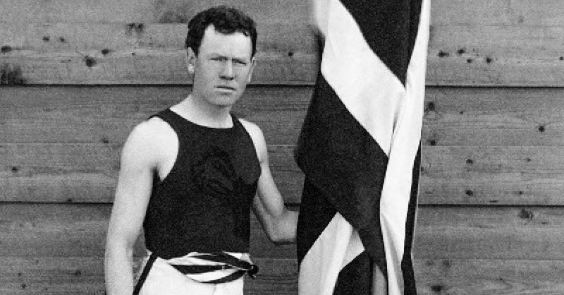 James Connolly se adjudicó la medalla de oro del salto triple en los Juegos de Atenas 1896 para ser el primer campeón olímpico