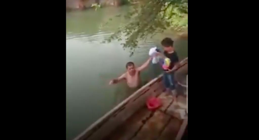 Exhiben a sujeto que se bañaba desnudo con niña de 7 años en río de Tabasco (VIDEO)