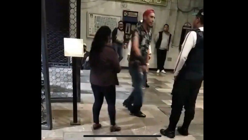 Ante la mirada de policías, sujetos pelean en Metro y uno de ellos saca una navaja (VIDEO)