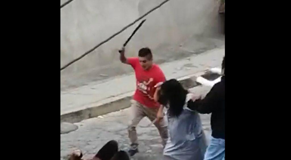 Sujeto se lanza a machetazos contra mujeres en calles de Naucalpan, Edomex (VIDEO)