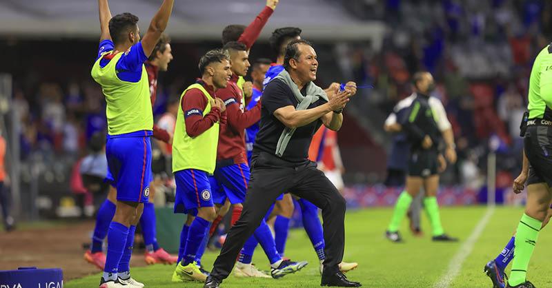 Juan Reynoso, entrenador de Cruz Azul, pidió en cada oportunidad que tuvo a sus jugadores y aficionados