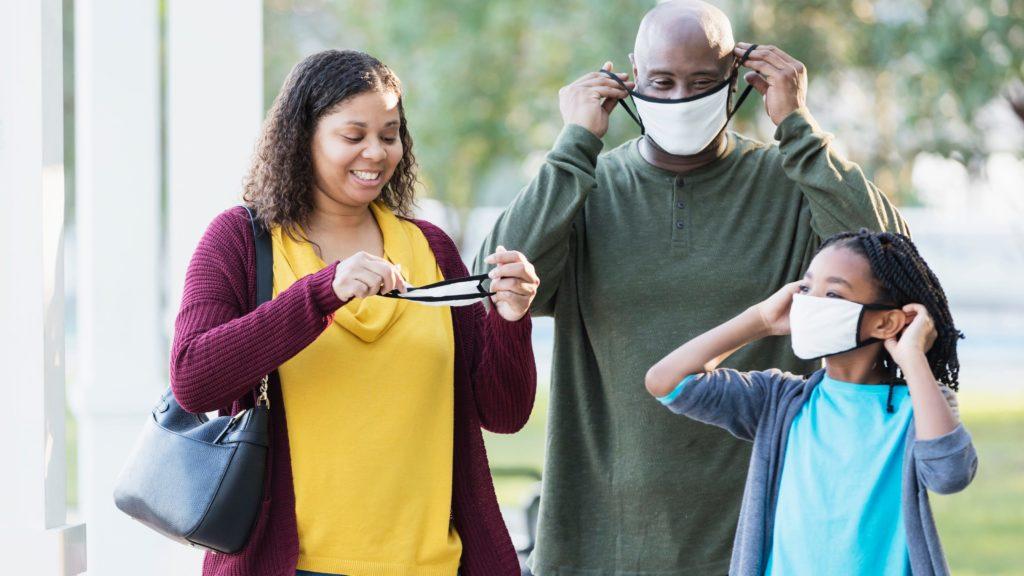Con excepciones, permite EE.UU. dejar de utilizar cubrebocas a personas vacunadas