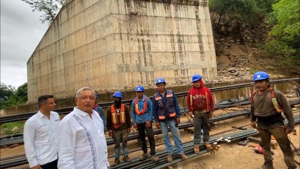 AMLO agradeció a los trabajadores de la construcción por su labor y pidió no olvidarlos, una vez que terminen la obra