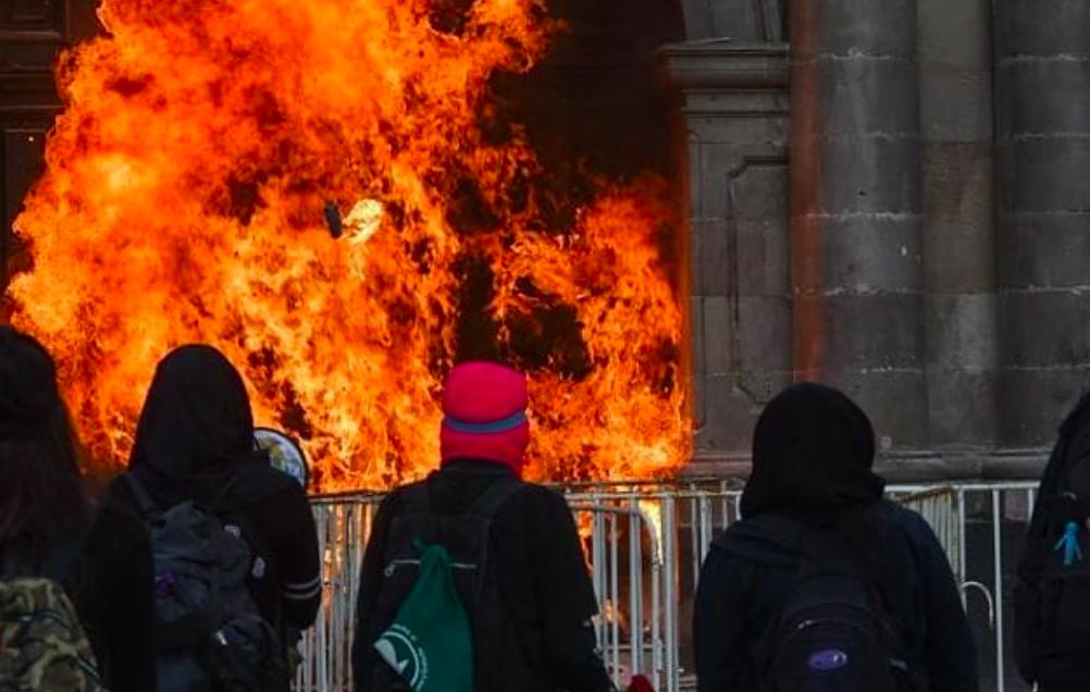 Feministas incendian fachada del Congreso en Edomex; mantienen plantón desde marzo