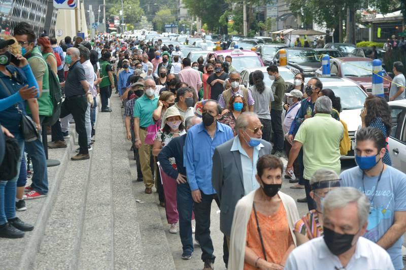 Critican aglomeraciones y desorganización en vacunación anti-COVID del Pepsi Center