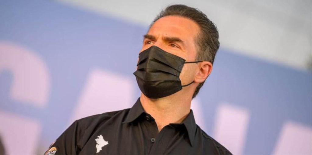 El equipo de Adrián está molesto por una posible traición de César Garza.