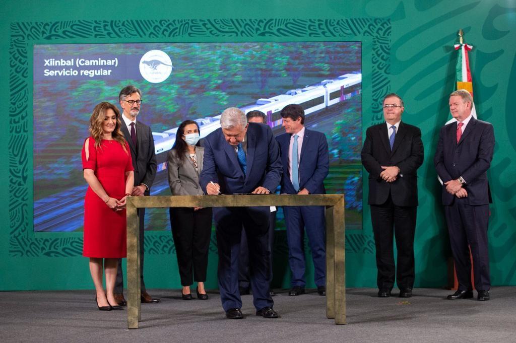 Firman AMLO y empresas el contrato para construcción de carros del Tren Maya