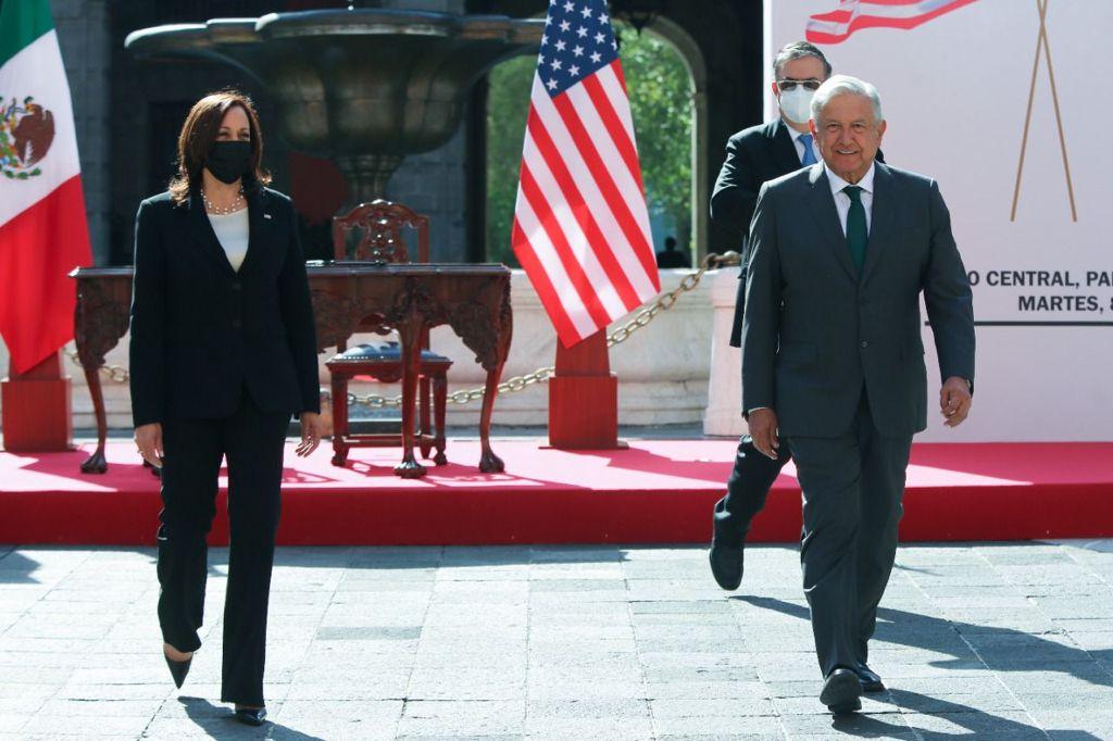 El presidente no portaba cubrebocas al momento de recibir a la vicepresidenta, quien usaba una mascarilla color negro