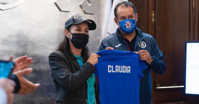 Claudia Sheinbaum, jefa de Gobierno de la Ciudad de México, recibió ayer a parte de la plantilla de Cruz Azul, así como a su director técnico