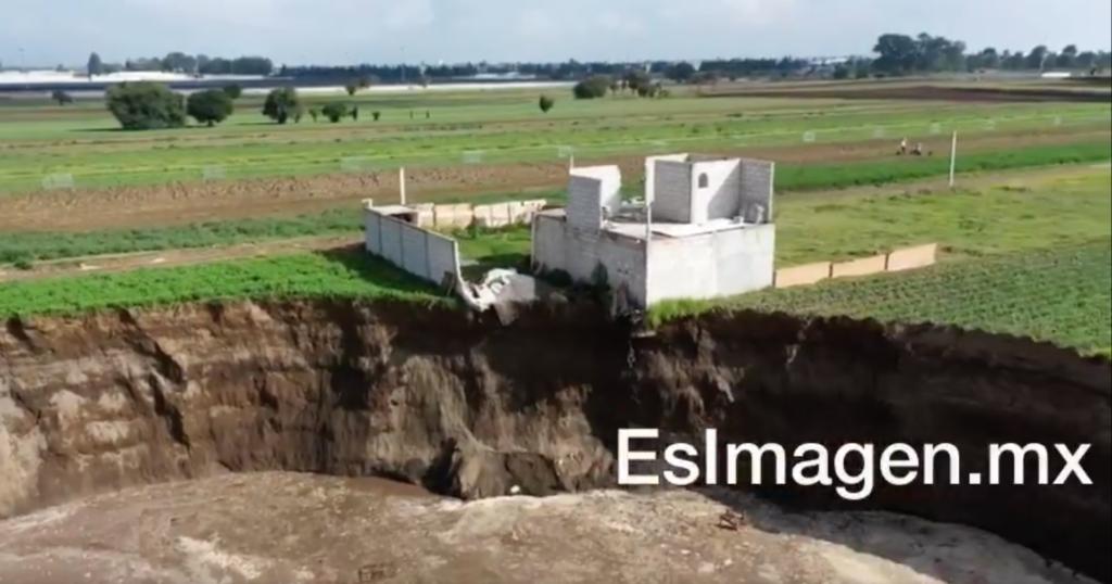 Socavón de Puebla ya comenzó a 'tragarse' la barda de casa en la zona (VIDEO)
