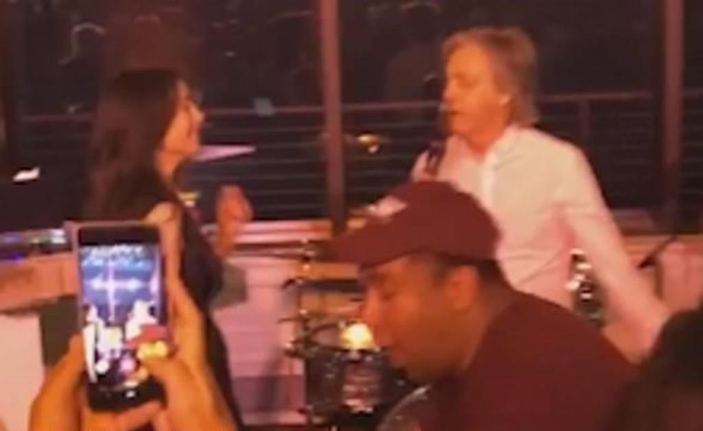 Paul McCartney se vuelve viral por regresar al escenario... en una fiesta (VIDEO)