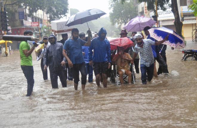 Lluvias catastróficas: Deslaves e inundaciones dejan más de 100 muertos en India (VIDEO)