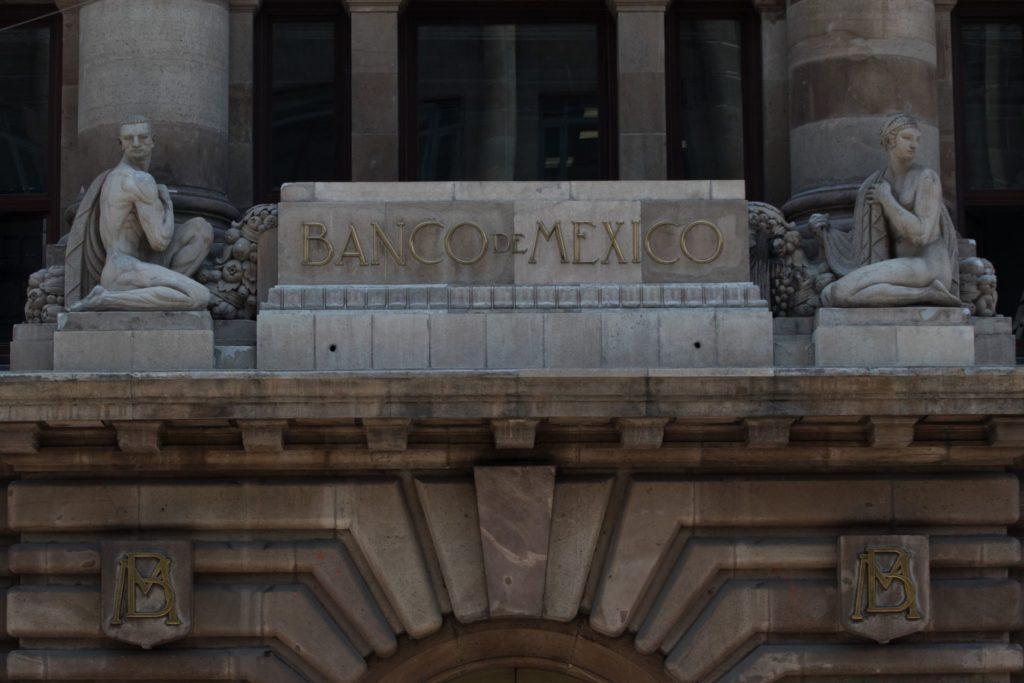 AMLO respalda a Banxico en aumento de tasa de interés y atribuye inflación a EU