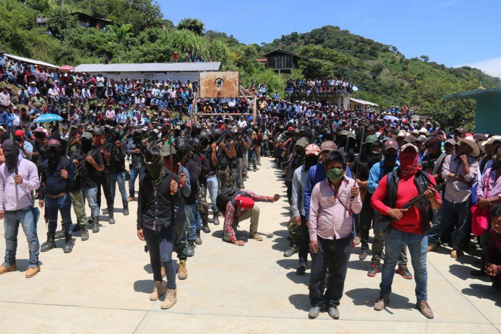 """AMLO reprueba creación de """"Los Machetes"""" en Pantelhó; """"hay que ver de dónde obtienen armas"""""""