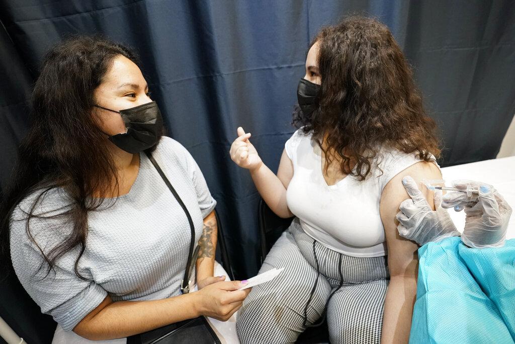 Estados Unidos vuelve a pedir el cubrebocas en espacios cerrados; también para vacunados