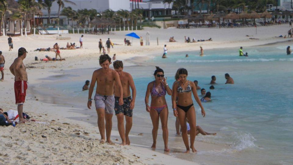 Puebla alerta repunte de COVID por estudiantes que viajaron a Cancún