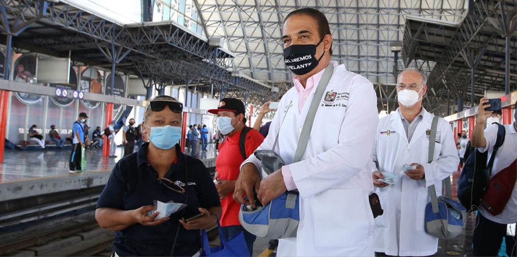 El secretario de Salud, Manuel de la O, acudió a Metrorrey a supervisar el uso de tapabocas contra los contagios de COVID-19